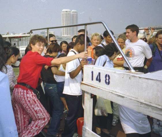Embarquement sur les bateaux bus sur le Chao Praya
