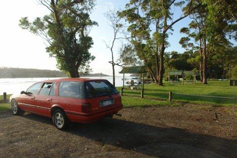 La voiture-maison des Piche. Petit déjeuner en bord de fleuve.